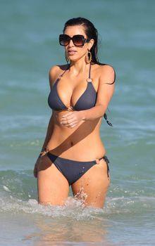 Ким Кардашьян в темно-синем бикини в Майами фото #9