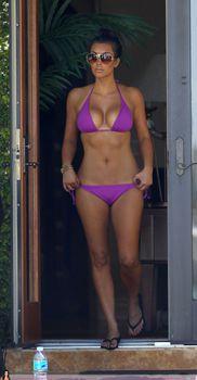 Аппетитная Ким Кардашьян отдыхает у бассейна в Майами фото #4