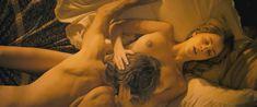 Красивая голая грудь Норы Арнезедер в фильме «Анжелика» фото #6