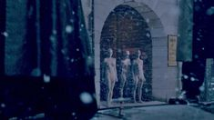 Голая Оливия Ченери в сериале «Страшные сказки» фото #3