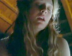 Голая Ромола Гарай в сериале «Удивительное путешествие Мэри Брайант» фото #3