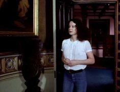 Красотка Сара Майлз засветила грудь под прозрачным нарядом в фильме «Вечный сон» фото #1