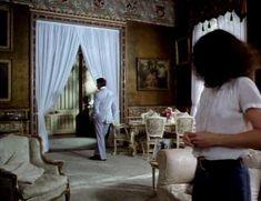 Красотка Сара Майлз засветила грудь под прозрачным нарядом в фильме «Вечный сон» фото #2
