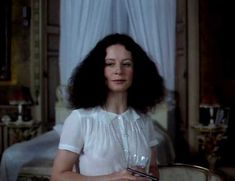 Красотка Сара Майлз засветила грудь под прозрачным нарядом в фильме «Вечный сон» фото #4