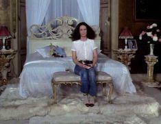 Красотка Сара Майлз засветила грудь под прозрачным нарядом в фильме «Вечный сон» фото #5