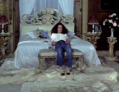 Красотка Сара Майлз засветила грудь под прозрачным нарядом в фильме «Вечный сон» фото #7