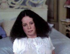 Красотка Сара Майлз засветила грудь под прозрачным нарядом в фильме «Вечный сон» фото #8