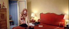 Полностью голая Сибил Даннинг в фильме «Красная королева убивает семь раз» фото #11