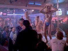 Красотка Тери Вейгель показала голую грудь в фильме «Кровь невинных» фото #1