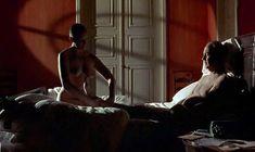 Полностью голая Тони Коллетт в фильме «8 1.2 женщин» фото #1