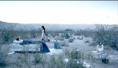 Голая грудь Ханны Р. Холл в фильме «Ускользающее счастье» фото #1