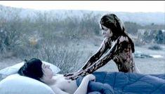 Голая грудь Ханны Р. Холл в фильме «Ускользающее счастье» фото #4