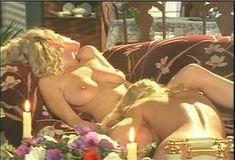 Голая грудь Холли Сэмпсон в сериале «Сказки на ночь» фото #7