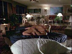 Полностью обнажённая Холли Сэмпсон в фильме «В постели с убийцей» фото #3