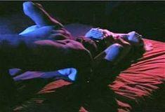 Красотка Холли Сэмпсон оголила грудь и попу в фильме «Дешевый трепет» фото #2