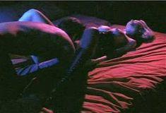 Красотка Холли Сэмпсон оголила грудь и попу в фильме «Дешевый трепет» фото #3