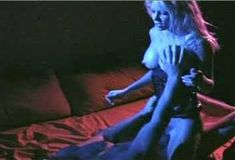 Красотка Холли Сэмпсон оголила грудь и попу в фильме «Дешевый трепет» фото #4