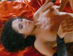 Сексуальная Чарли Спрэдлинг оголилась в фильме «В постели с вампиром» фото #8
