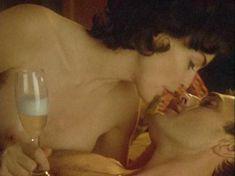 Шэрон Стоун показала голую грудь в фильме «Двойной агент» фото #1
