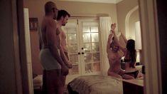 Голая Элиза Куп в сериале «Без обязательств» фото #1
