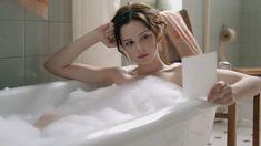 Красотка Эмилия Шуле оголила грудь и попу в сериале «Ку'дамм 56» фото #1