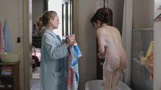 Красотка Эмилия Шуле оголила грудь и попу в сериале «Ку'дамм 56» фото #2
