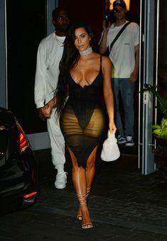 Ким Кардашьян в сексуальном наряде возле отеля фото #1