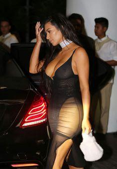 Ким Кардашьян в сексуальном наряде возле отеля фото #3