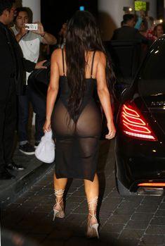 Ким Кардашьян в сексуальном наряде возле отеля фото #5
