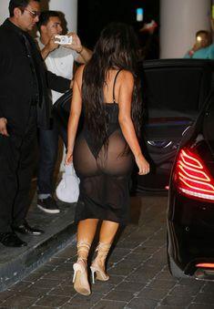 Ким Кардашьян в сексуальном наряде возле отеля фото #6