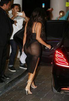 Ким Кардашьян в сексуальном наряде возле отеля фото #7