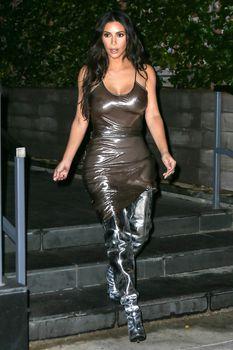 Ким Кардашьян в прозрачном платье без бюстгальтера в Нью-Йорке фото #1