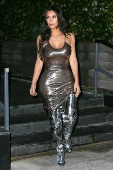 Ким Кардашьян в прозрачном платье без бюстгальтера в Нью-Йорке фото #2