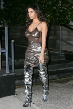 Ким Кардашьян в прозрачном платье без бюстгальтера в Нью-Йорке фото #3