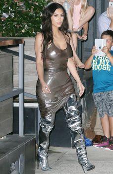 Ким Кардашьян в прозрачном платье без бюстгальтера в Нью-Йорке фото #4