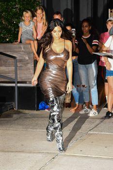 Ким Кардашьян в прозрачном платье без бюстгальтера в Нью-Йорке фото #6