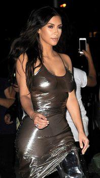 Ким Кардашьян в прозрачном платье без бюстгальтера в Нью-Йорке фото #12