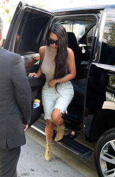 Шикарные сиськи Ким Кардашьян без лифчика в обтягивающем боди фото #1