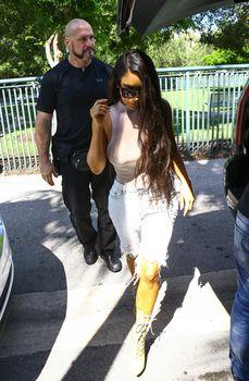 Шикарные сиськи Ким Кардашьян без лифчика в обтягивающем боди фото #14