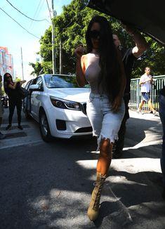 Шикарные сиськи Ким Кардашьян без лифчика в обтягивающем боди фото #18
