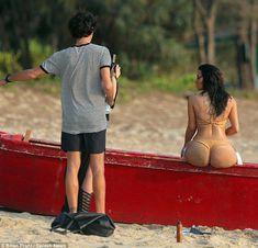 Большая попка Ким Кардашьян на фотосессии в Таиланде фото #5