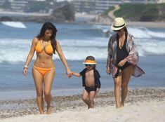 Сексапильная Ким Кардашьян в оранжевом купальнике на пляже в Мексике фото #6
