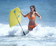 Сексапильная Ким Кардашьян в оранжевом купальнике на пляже в Мексике фото #10