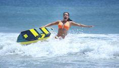 Сексапильная Ким Кардашьян в оранжевом купальнике на пляже в Мексике фото #15