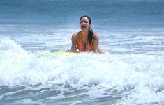 Сексапильная Ким Кардашьян в оранжевом купальнике на пляже в Мексике фото #20