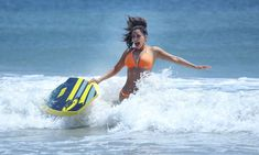 Сексапильная Ким Кардашьян в оранжевом купальнике на пляже в Мексике фото #24