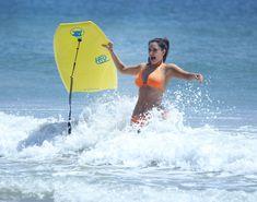 Сексапильная Ким Кардашьян в оранжевом купальнике на пляже в Мексике фото #26