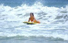 Сексапильная Ким Кардашьян в оранжевом купальнике на пляже в Мексике фото #35