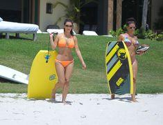 Сексапильная Ким Кардашьян в оранжевом купальнике на пляже в Мексике фото #36