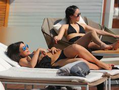 Пышногрудая Ким Кардашьян в черном купальнике на отдыхе в Таиланде фото #7